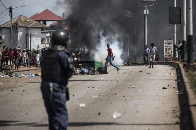 Face-à-face entre jeunes et policiers à Conakry, le 21octobre 2020.