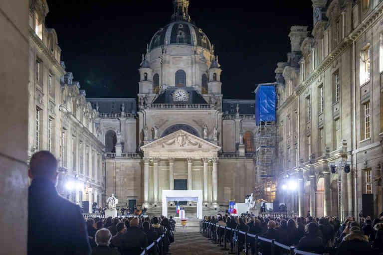 Emmanuel Macron, président de la république, participe à la cérémonie en hommage à Samuel Paty, professeur d'histoire à Conflans-Sainte-Honorine, assassiné par un islamiste le 16 octobre 2020. Dans la cour de la Sorbonne à Paris, mercredi 21 octobre 2020 - 2020©Jean-Claude Coutausse pour Le Monde
