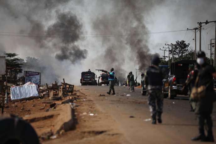 Affrontements entre forces de l'ordre et manifestants à Abuja, le 20 octobre.