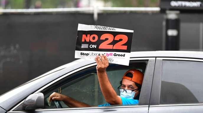 Des chauffeurs de Lyft et Uber ont manifesté, jeudi 22 octobre, devant l'hôtel de ville de Los Angeles contre la« proposition 22» des deux entreprises de VTC, qui prône un compromis garantissant la flexibilité et certains avantages sociaux aux conducteurs indépendants.