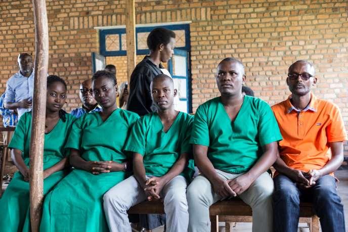 De gauche à droite : Agnès Ndirubusa, Christine Kamikazi, Egide Harerimana et Térence Mpozenzi (habillés en vert), et le chauffeur Adolphe Masabarakiza (en orange), à la Haute Cour de Bubanza, dans l'ouest du Burundi, le30 décembre 2019.