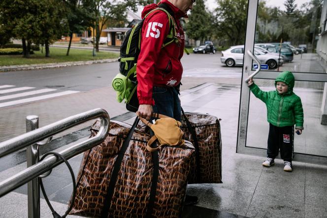 Une famille biélorusse arrive en Pologne, au poste-frontière de Terespol, le 1er octobre.