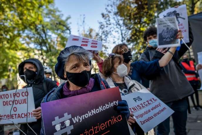 Des militants «pro-choix» manifestent, jeudi 22 octobre, devant la Cour constitutionnelle polonaise.