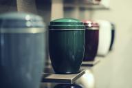 Des urnes funéraires alignées.