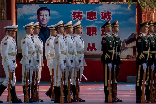 Des militaires chinois en faction devant un portrait du président chinois Xi Jinping devant la Cité interdite à Pékin, le 22 octobre.