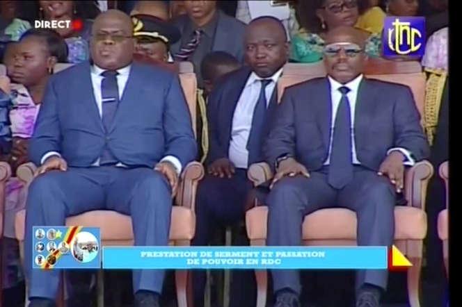 Retransmission télévisée de la passation de pouvoir entre Félix Tshisekedi (à gauche) et Joseph Kabila, le 24janvier 2019, à Kinshasa.