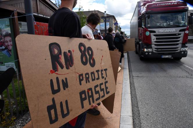Manifestation contre leprojet de déviation de la RN88, auPertuis(Haute-Loire), le 17 juin.