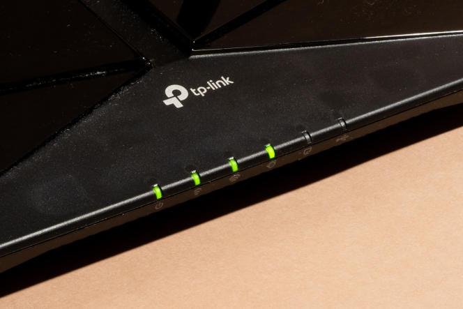 Vert, c'est bon signe. Cet AX50 est allumé, il diffuse sur deux fréquences et il est relié à Internet. Les témoins ici éteints indiquent l'activité Ethernet et USB.