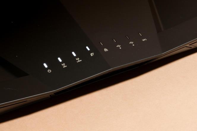 Les témoins lumineux de l'Asus sont d'un blanc doux. Les trois de droite renseignent sur l'activité des périphériques USB et le mode d'appairage WPS.