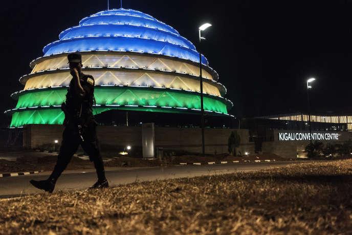 Un policier rwandais passe devant le dôme illuminé du centre de conférences de Kigali, en juillet 2017.