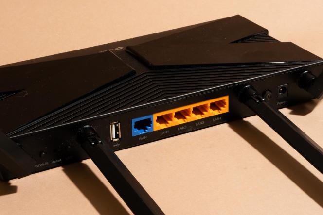 Comme l'AX50, l'AX20 dispose d'un port WAN et de quatre ports Ethernet. Une différence : le port USB plus lent, au standard 2.0.