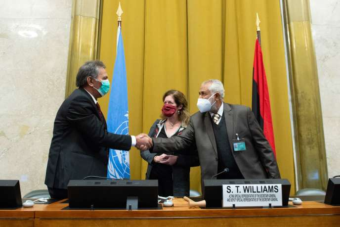 Le chef de la délégation de l'Armée nationale libyenne, Amhimmid Mohamed Alamami (à gauche), et le chef de la délégation militaire du gouvernement d'accord national (GNA), Ahmed Ali Abushahma, aux côtés de la représentante des Nations unies aux affaires politiques en Libye, Stephanie Williams, le 23 octobre, à Genève.