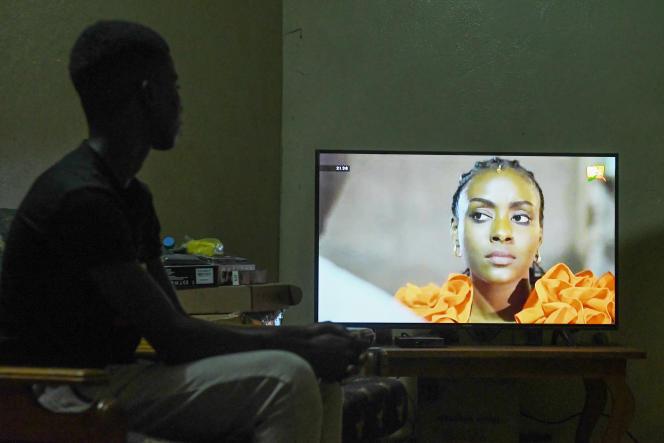 Un enfant regarde un épisode de la série «Maîtresse d'un homme marié», à Dakar, en mai 2019.