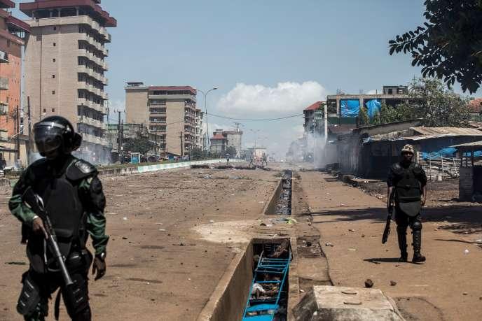 Vendredi, cinq personnes (trois gendarmes, un soldat et un civil) ont encore été tuées dans un quartier de la périphérie de Conakry.