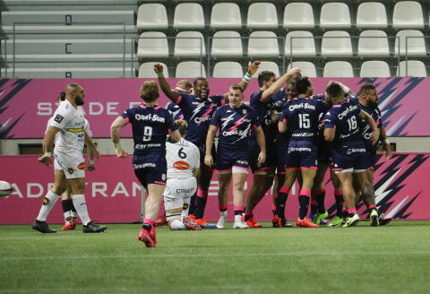 Stade Francais's players celebrate after winning the French Top 14 Rugby Union match between Stade Francais and La Rochelle at the Stade Jean Bouin in Paris, on February 15, 2020. (Photo by GEOFFROY VAN DER HASSELT / AFP)