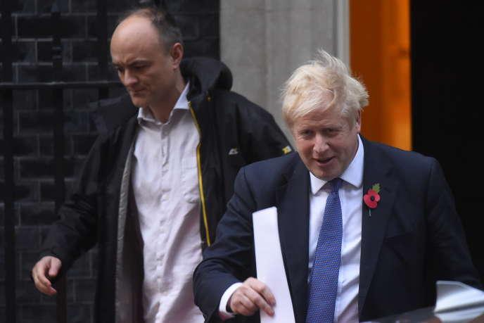 Le premier ministre britannique, Boris Johnson, et son conseiller, Dominic Cummings, quittent le 10 Downing Street, à Londres, le 28 octobre 2019.