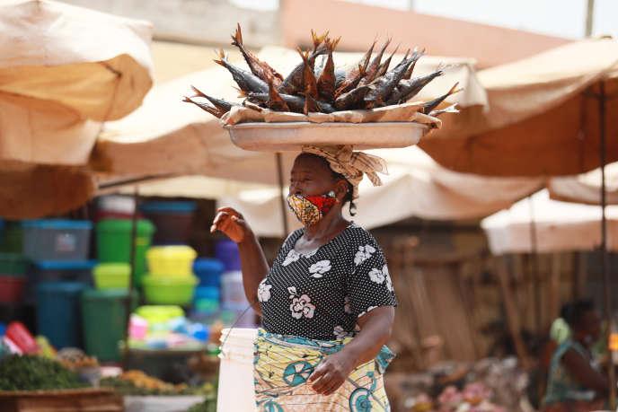 Les femmes sont les premières concernées par le revenu universel, car elles travaillent souvent dans le secteur informel. Ici, une vendeuse de poissons au marché Adidogomé Assiyéyé de Lomé, en avril 2020.