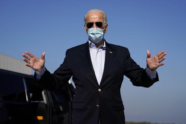 Joe Biden, face aux journalistes, avant de s'envoler pour Nashville, lieu du dernier débat avec Donald Trump, le 22 octobre.