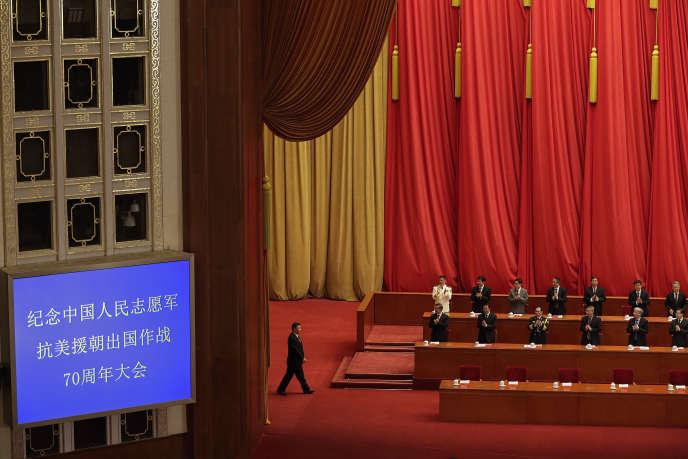 Des responsables du Parti communiste chinois applaudissent l'arrivée du président Xi Jinping lors la conférence commémorative des 70 ans de la guerre de Corée, au Grand Hall du Peuple, à Pékin, le 23 octobre.