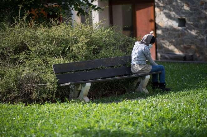 Un patient dans les jardins d'un centre psychiatrique à Bondy, le 7 mai.