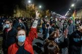 Des Polonaises et des Polonais protestent, vendredi 23 octobre, contre la décision du Tribunal constitutionnel restreignant le droit à l'IVG.