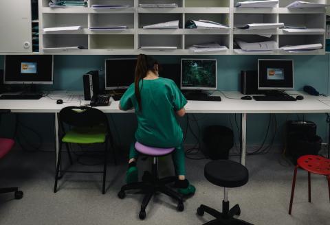 A nurse takes a break at the intensive care unit of the Lariboisiere Hospital of the AP-HP (Assistance Publique - Hopitaux de Paris) in Paris, on October 14, 2020. (Photo by LUCAS BARIOULET / AFP)