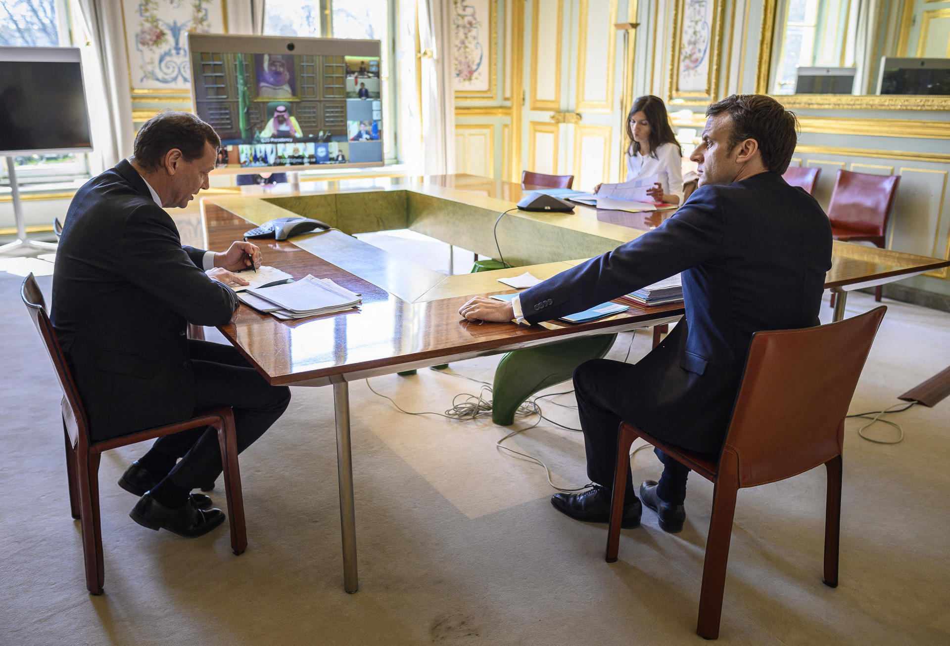 Emmanuel Macron, entouré d'Emmanuel Bonne et Alice Rufo, lors d'une visioconférence entre leaders du G20, à l'Elysée le 26 mars.