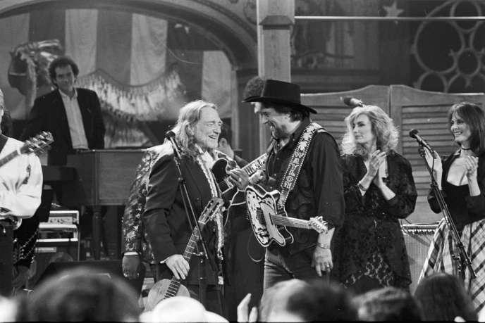 Premier plan de gauche à droite : Willie Nelson, Waylon Jennings, Emmylou Harris et Lesley Ann Warren, lors du concert de Nelson pour ses 60 ans en 1993, à Austin, Texas.