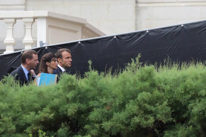 Emmanuel Macron avec Emmanuel Bonne et Alice Rufo, le tandem à la tête de la cellule diplomatique de l'Elysée, le 25 août 2019 à Biarritz.