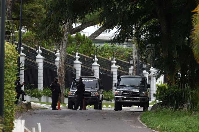 Des membres du Service national de renseignement bolivarien (SEBIN) devant l'ambassade d'Espagne à Caracas le 24 octobre. Leopoldo Lopez, figure de l'opposition vénézuélienne, qui se terrait depuis dix-huit mois au sein de la résidence de l'ambassadeur d'Espagne à Caracas, a fini par quitterle pays.