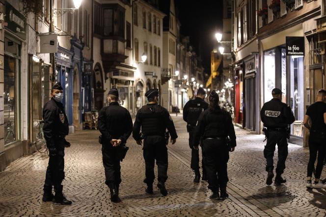 Des policiers patrouillent pour faire appliquer le couvre-feu,dans le centre ville de Strasbourg (Bas-Rhin), le 24 octobre.