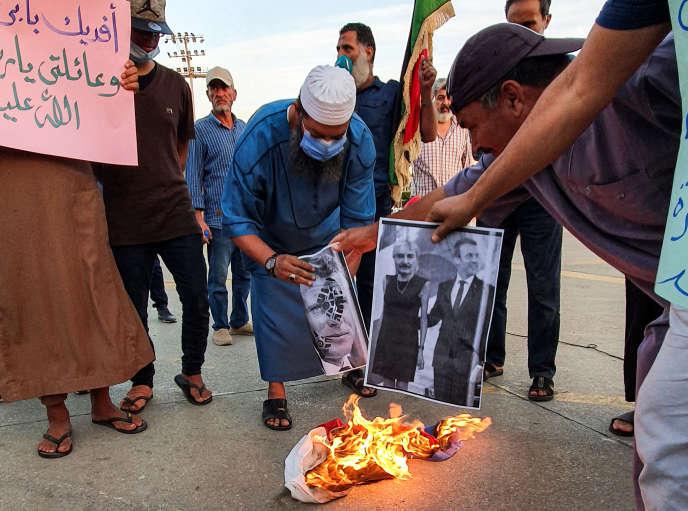 Des manifestants brûlent un portrait d'Emmanuel Macron en Libye, le 25 octobre.