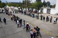 Des Chiliens font la queue pour voter par référendum, à Santiago, au Chili, le 25 octobre.