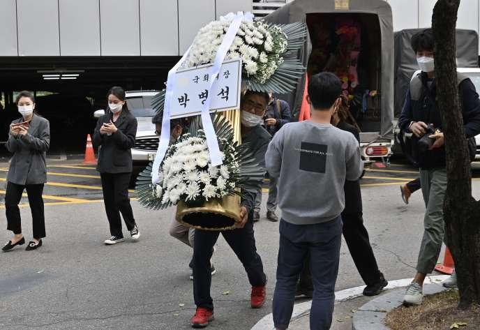 Une couronne offerte par le président de l'Assemblée nationale sud-coréenne pour les funérailles de feu le président de Samsung Lee Kun-hee à Séoul le 25 octobre.