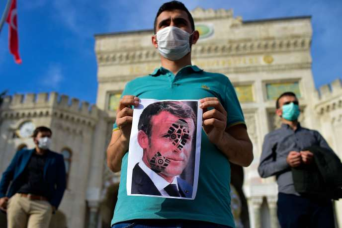 Lors d'une manifestation contre les propos du président français sur les caricatures de Muhammad, à Istanbul, en Turquie, le 25 octobre.