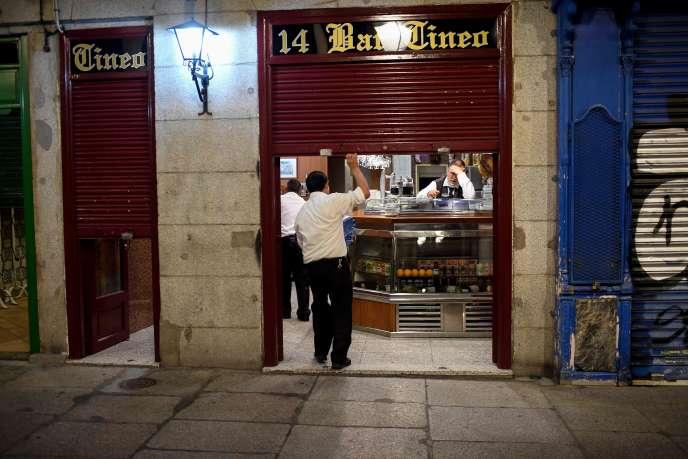 Un employé ferme un bar pour le couvre-feu, le 24 octobre à Madrid.