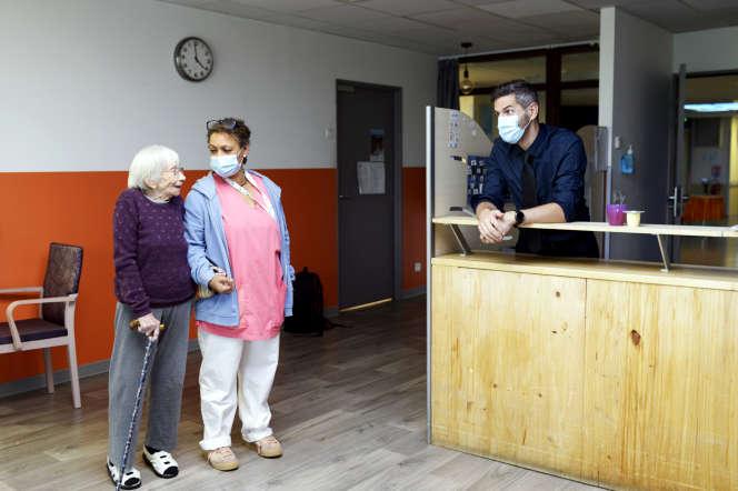 Le directeur de l'Ehpad, Pascal Segault, rend visite aux résidents de L'Ostal du Lac, à l'heure du goûter, le 23 octobre au Crès (Hérault).