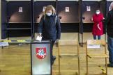 Dans un bureau de vote, à Vilnius, en Lituanie, le 25 octobre.
