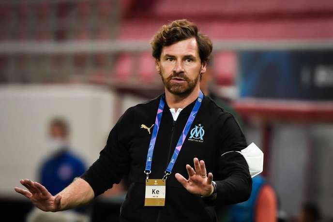 André Villas-Boas donne des consignes aux joueurs marseillais lors du match de Ligue des champions contre l'Olympiakos, le 21 octobre 2020, au Pirée.