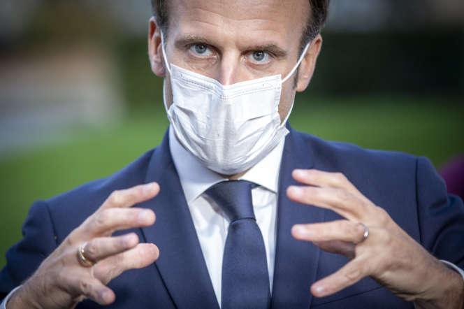 Le président Emmanuel Macron, après une réunion avec le personnel soignant au centre hospitalier René Dubos, le 23 octobre à Pontoise.