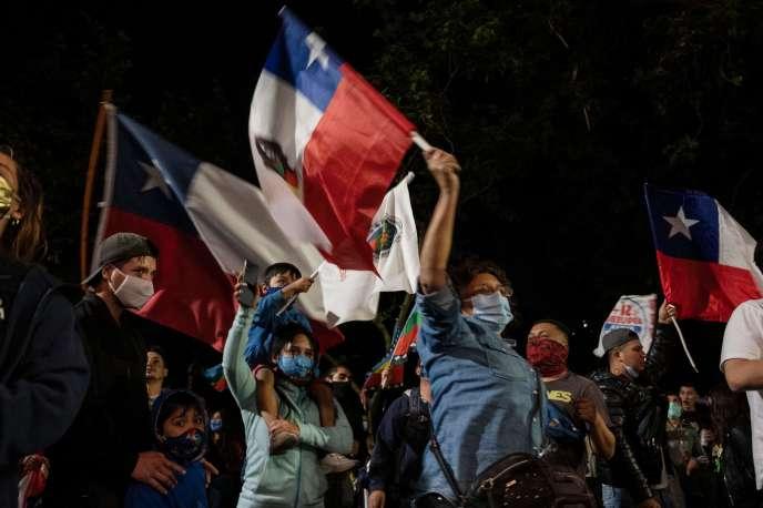 Manifestation de joie après les premiers résultats du vote pour la réforme de la constitution chilienne, le 25 octobre à Santiago.