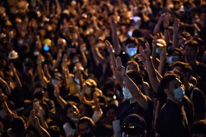 Des manifestants pro-démocratie lors d'un rassemblement devant l'ambassade d'Allemagne dans le centre de Bangkok, le 26 octobre.