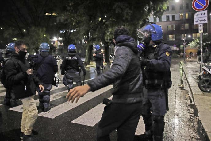 La colère montait en Italie, en raison des nouvelles mesures introduites face à la progression de l'épidémie de Covid-19 pour « sauver Noël ».