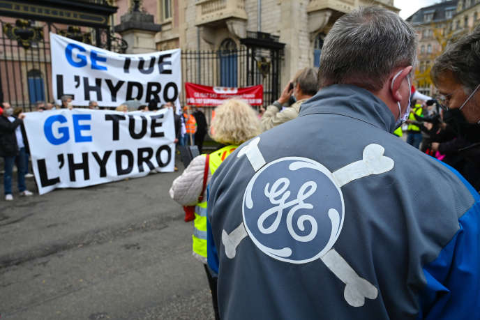 Des salariés du site General Electric de Belfort manifestent, samedi 24 octobre, contre la fermeture de l'usine.