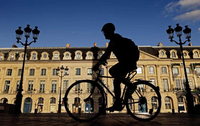Un cycliste circule place Vendôme, à Paris, le 6 juillet.