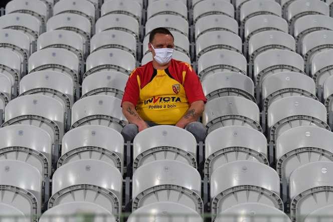 Au stade Bollaert-Delelis, à Lens, un supporteur lensois avant le match contre le PSG, le 10 septembre.