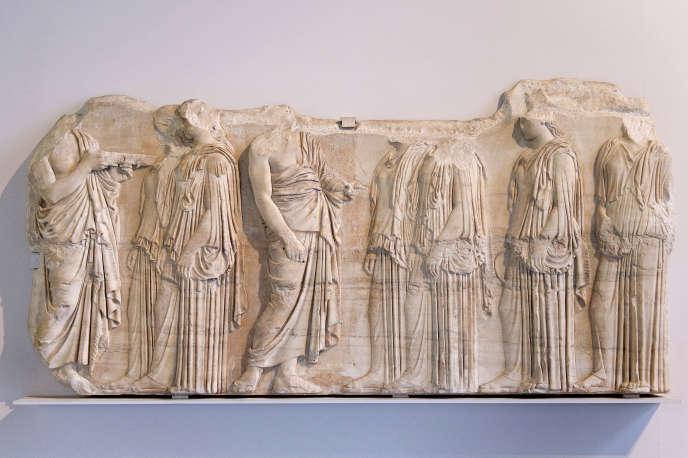 Fragment de la frise du Parthénon d'Athènes (445-438 av. J.-C.), exposé au Louvre.