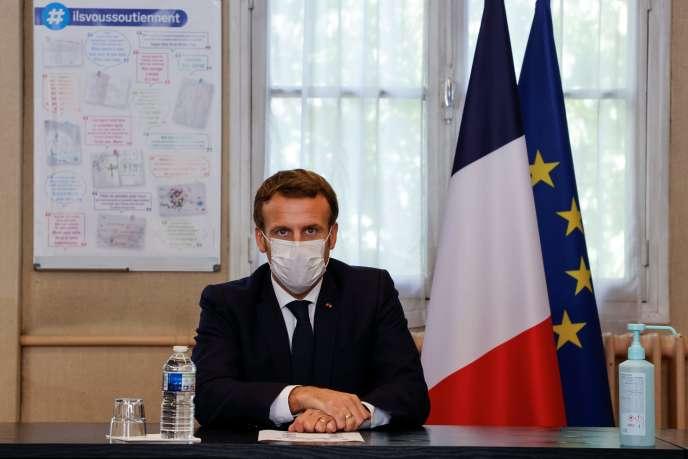 Emmanuel Macron, lors d'une rencontre avec le personnel médical de l'hôpital René-Dubos de Pontoise (Val-d'Oise), le 23 octobre.