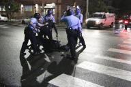 Des policiers entourent un homme en marge des violences qui ont éclaté à Philadelphie, mardi 27 octobre.