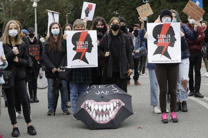 Des manifestantes défilent contre l'interdiction de l'IVG en Pologne, à Varsovie mardi 27 octobre.